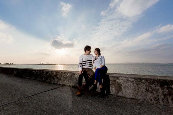 穿著便服巡遊沖繩觀光景點的婚紗攝影之旅(日本國內服務)