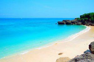 神の島としてもしられる砂浜と岩場に囲まれた久高島