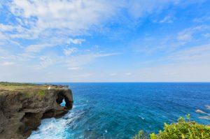 沖縄の観光地、万座毛でドレスを着てロケーションフォトウェディング