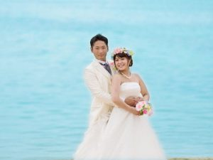 沖縄の澄み渡る青い海を背景に