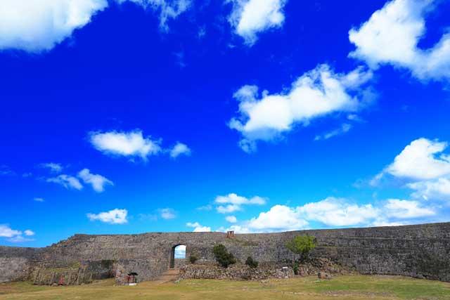 標高160メートルの丘陵から眼下を見下ろせる中城城跡