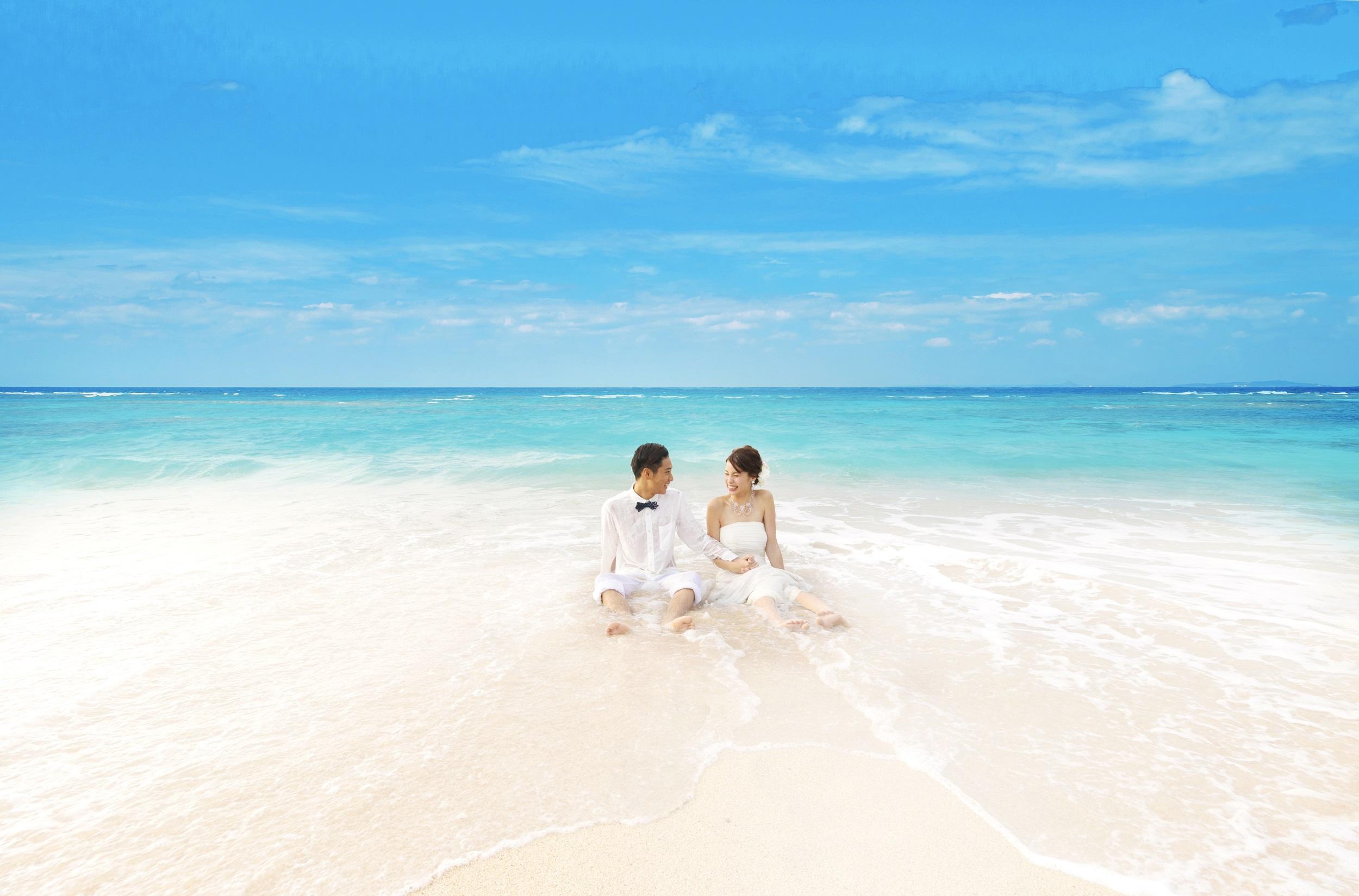沖縄のエメラルドグリーンの美しい海の中で