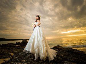 雲間から差し込むサンセットの光が幻想的な沖縄フォトウェディング