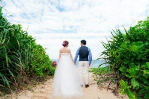 向こうに見えるのは美しい沖縄の海