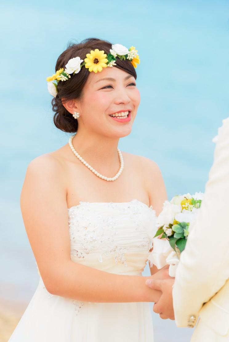 向日葵をあしらった小ぶりな花冠のヘアスタイルがビーチフォトに沖縄らしさをプラス