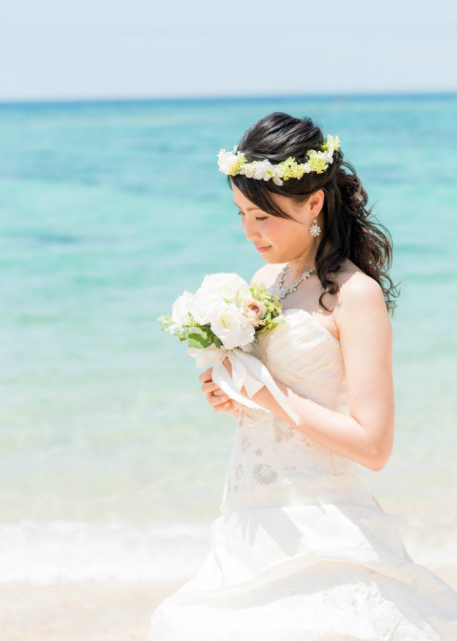 自然な雰囲気のダウンスタイルがキュートなイメージを与えるピュアホワイトなビーチフォト