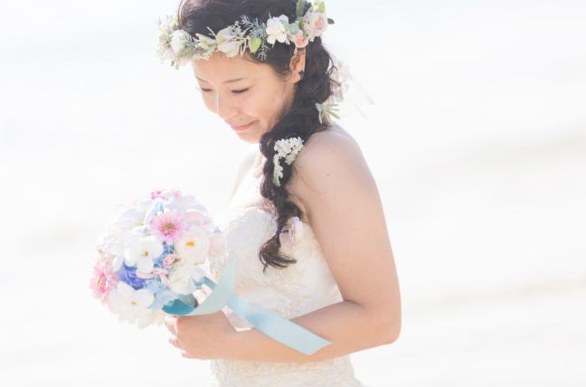 三つ編みにお花をちりばめたロマンチックなヘアスタイル