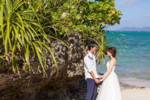 石垣島タバガービーチの海岸のダイナミックな岩×グリーン