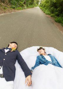 グリーンフォトでしかできない、道路の寝転びショットが可愛い