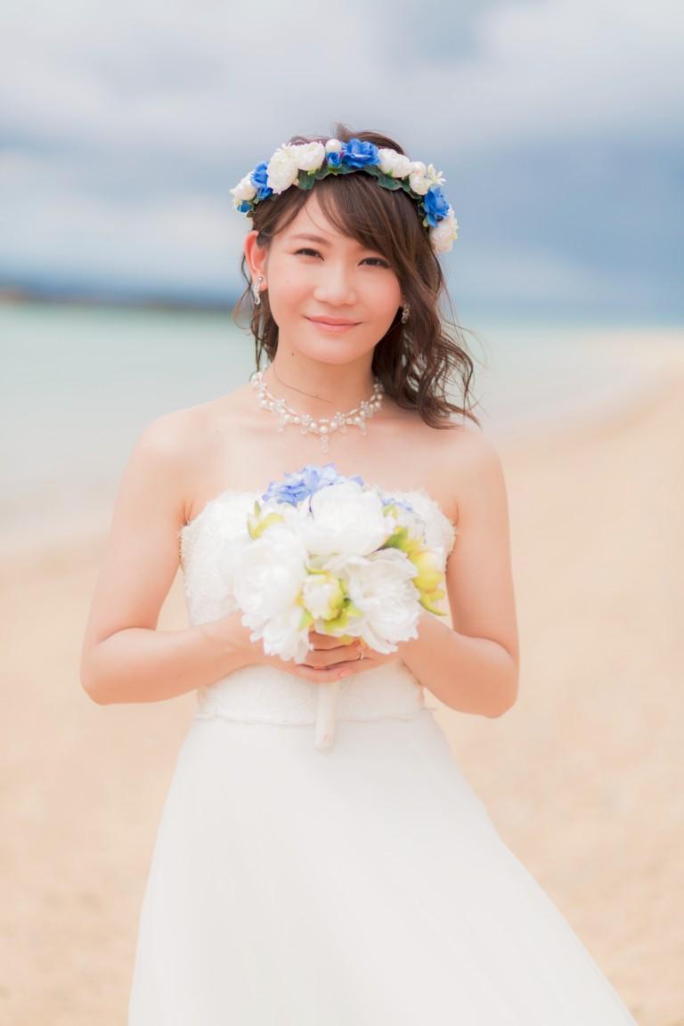 ブルーの花冠を着けたふんわり系の髪型はビーチフォトの撮影にぴったり
