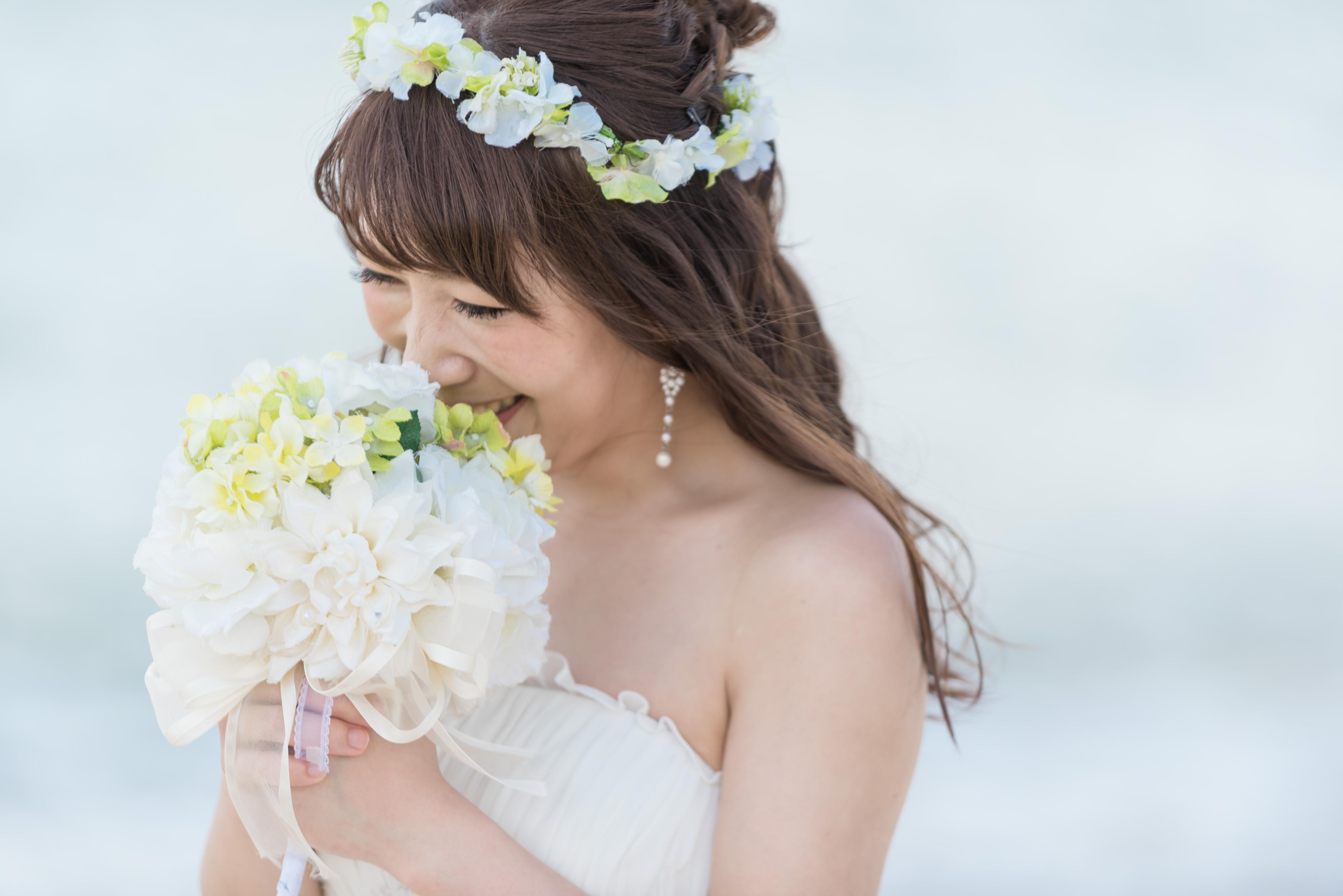 小花の花冠が似合うふんわりダウンヘアが風になびいて沖縄のビーチフォトによく似合う