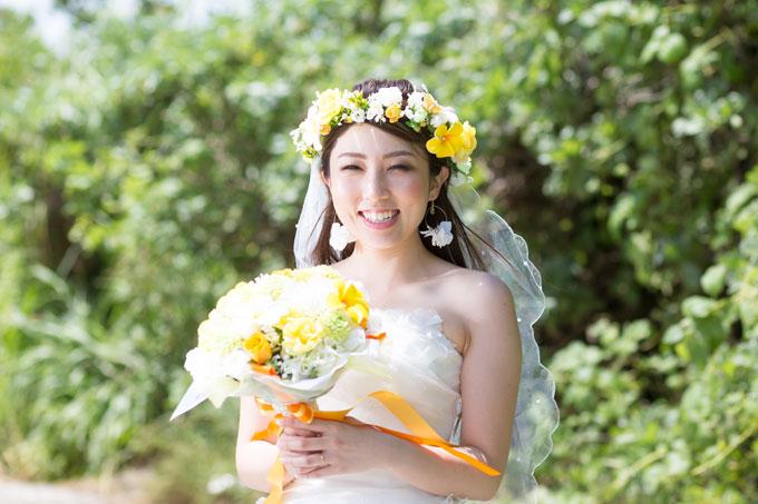 イエローベースの花冠がダウンスタイルの髪とベールにマッチする、ネイチャーフォトもビーチフォトにも両方似合うヘアスタイル