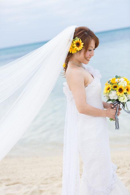 向日葵をポイント使いした髪型は夏をイメージする沖縄のビーチフォトにピッタリ