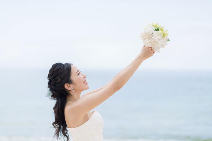 編みこみのロングヘアをそのまま流した清楚な髪型は、青い海が広がる沖縄のビーチフォトにピッタリ