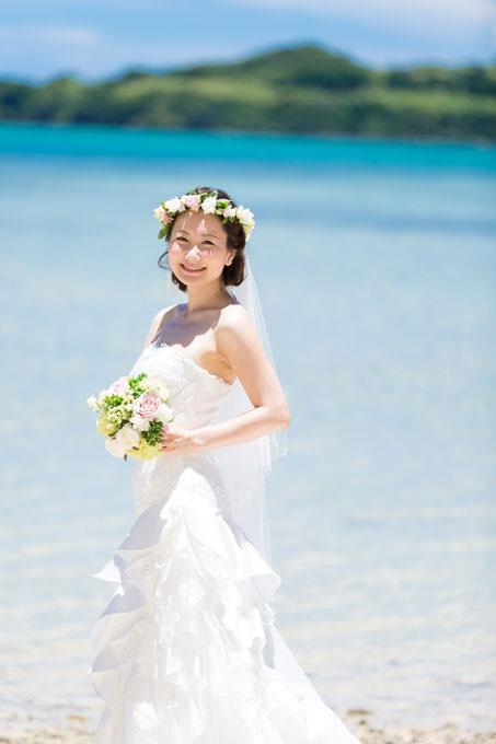 すっきりとしたアップの髪型がバックの沖縄のビーチによく似合う