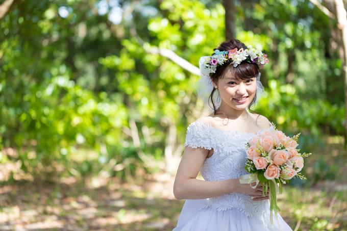 色とりどりの花が咲く花冠をあしらったキュートな髪型がビーチフォトによく似合う
