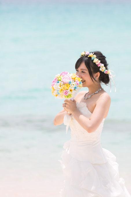 沖縄のビーチフォトにピッタリのパステルカラーの花冠と遊びのある髪型が魅力