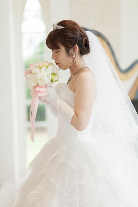 ティアラをつけた王道のお姫様風ヘアスタイルはビーチフォト&チャペルフォトを撮影する花嫁におすすめ