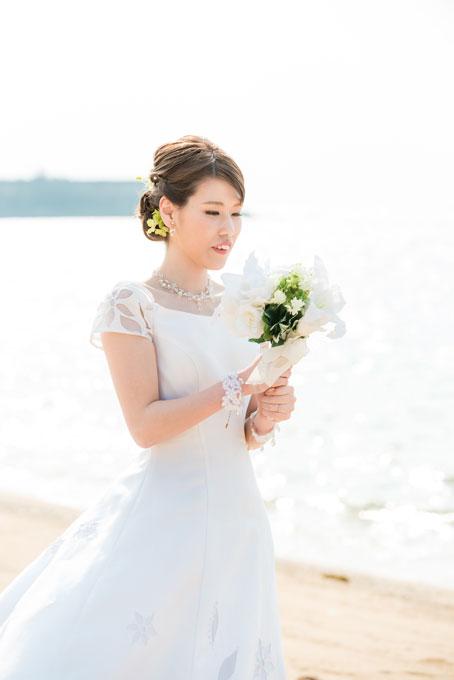 すっきりまとめたアップの髪形にクラシカルなドレス。ビーチフォトに清楚なイメージで