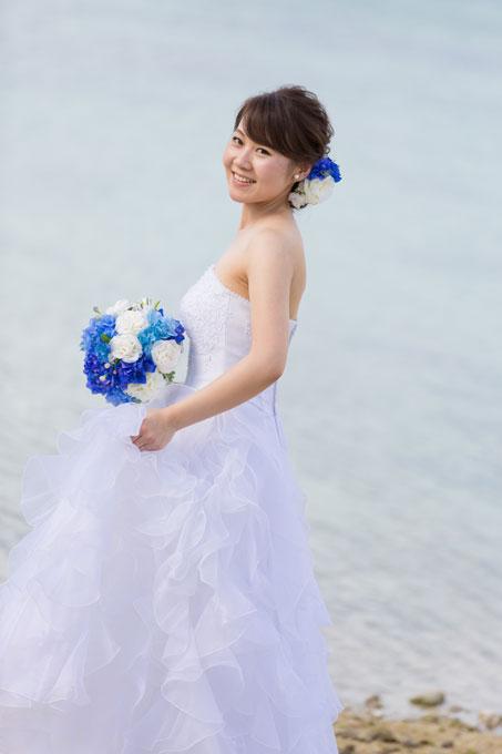 エアリーなアップにヘアアクセサリーを添えた髪型がビーチフォトで花嫁の笑顔をさらに魅力的にする