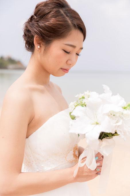 シンプルなアップの髪型が花嫁の持つピュアな魅力を引き出してくれる