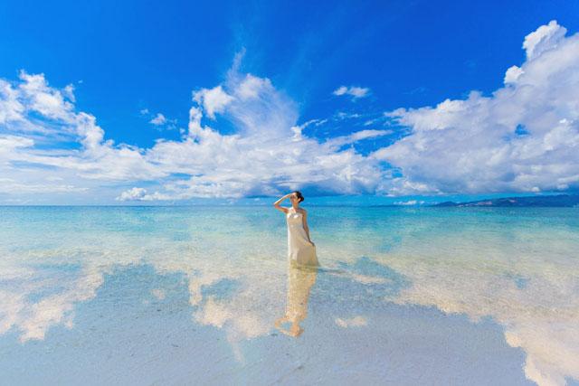 ウユニ湖のように空が海面に写る
