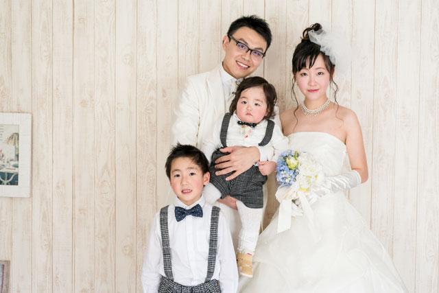 沖縄フォトウェディングでペンションでの撮影も家族で