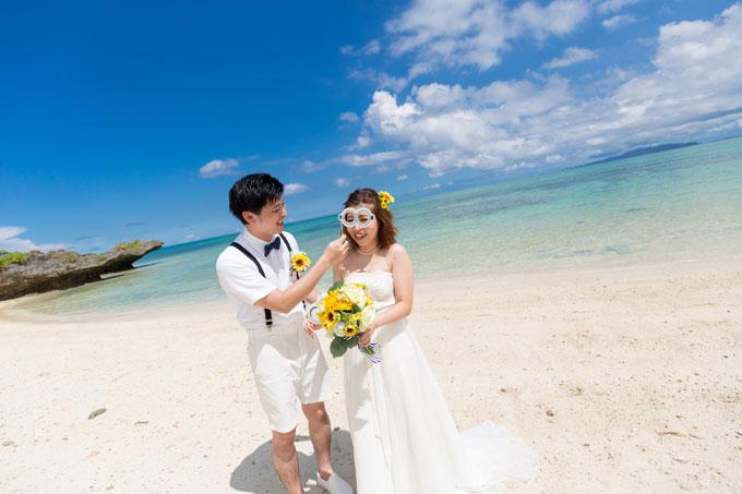 曇り空を感じさせない晴れ間が広がる沖縄フォトウェディング