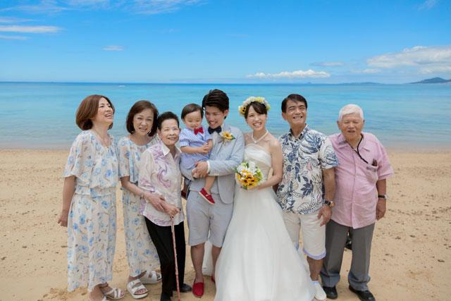 ビーチで家族と沖縄フォトウェディング