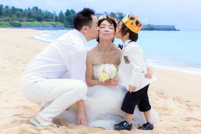 沖縄フォトウェディングで大好きなママにキス