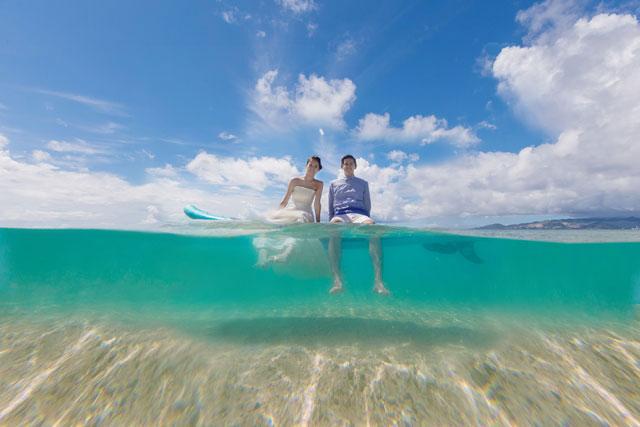 澄んだ沖縄の天然ビーチで水中ウェディングフォト|沖縄ウェディングオンライン