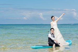 沖縄の海に入って前撮り&フォトウェディングを撮影