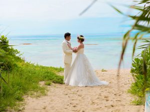 沖縄の恩納村にある安富祖ビーチで海と緑に囲まれて