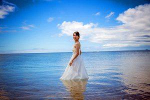 沖縄の恩納村にある安富祖ビーチで海に入って撮影