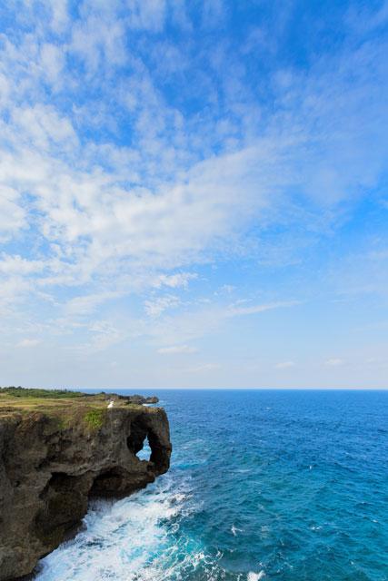 象の鼻の岩に波しぶきが上がる絶景のフォトウェディング