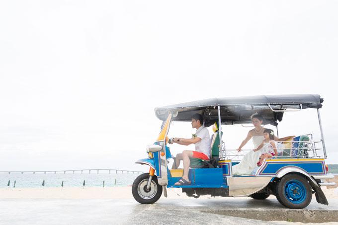 宮古島のビーチでトゥクトゥクに乗って3人で撮影