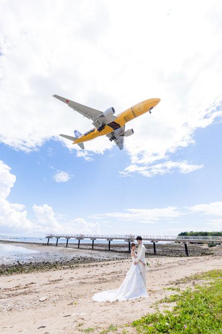 着陸間近の飛行機が間近に|沖縄ウェディングオンライン