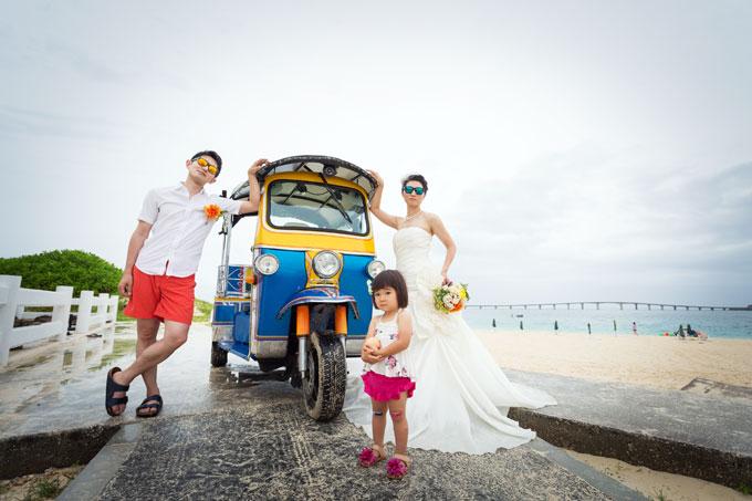 宮古島のビーチでレンタルしたトゥクトゥクの前に立って3人で記念撮影