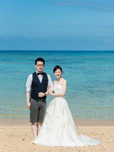 沖縄のフォトウェディングにピッタリ映えるAラインのドレス