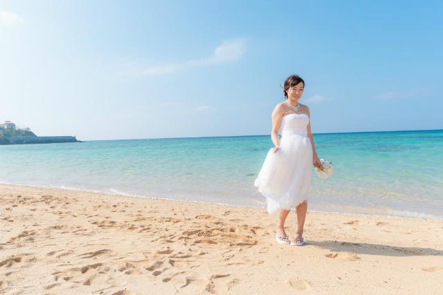 沖縄フォトウェディング先輩花嫁のミモレ丈ドレス