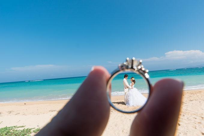 指輪を使い、リングの中でポーズをとっているふたりの結婚写真