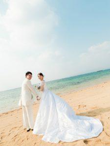 バックスタイルが美しいロングトレーンのウェディングドレス。フォトウェディングにもバッチリ映える