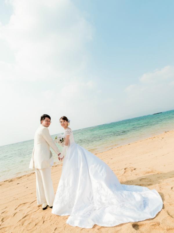 沖縄フォトウェディング先輩花嫁のプリンセスラインドレス