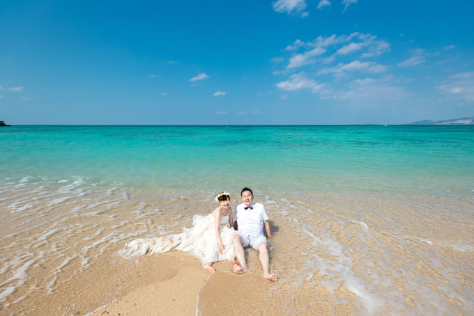 海が青い理由で示す条件が整いやすい沖縄なら、天気が良い日はより美しいエメラルドグリーンの海が見られます