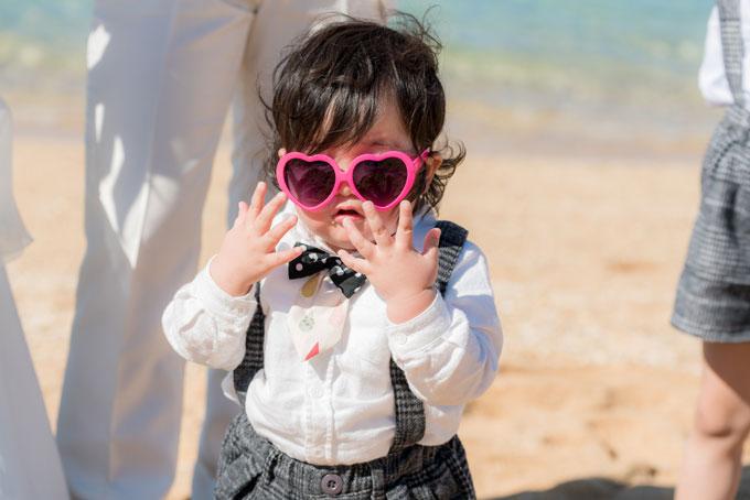 沖縄の海でピンクのサングラスをかけてご機嫌