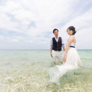透明度が高い石垣島の海にドレスを着たまま入ってフォトウェディング