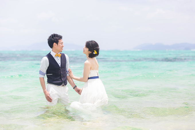 透き通った石垣島の海がドレスを包み込む