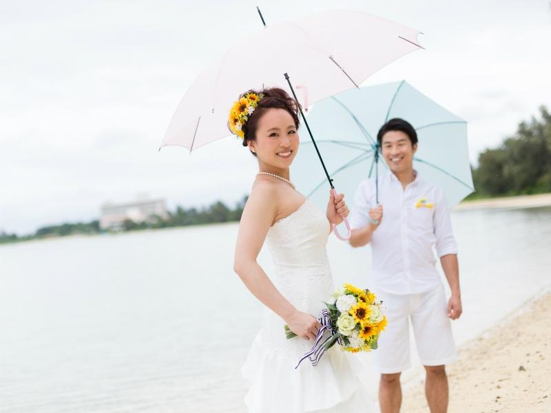 石垣島のビーチで傘をさして前撮り&フォトウェディング