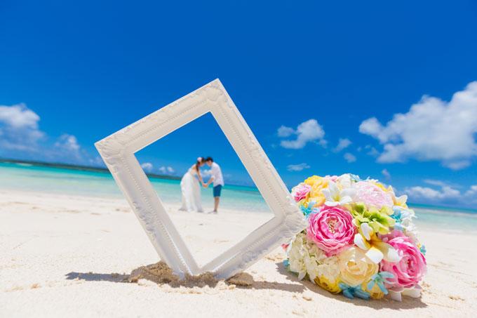フレームをビーチの砂に埋め込んでバックでポーズをとる1枚はビーチフォトウェディングならでは