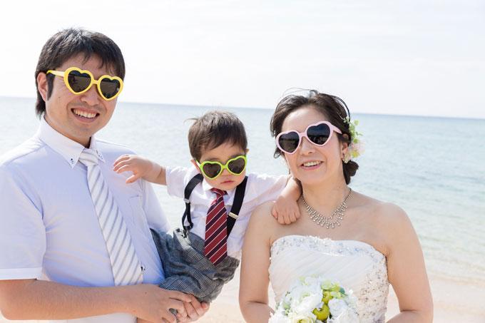 沖縄の海をバックにフォトウェディング。子どもがちびっこギャングに!?
